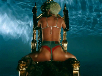 Rihanna - Pour It Up (Explicit).mp4_20131006_195422.677.jpg