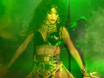 Rihanna - Pour It Up (Explicit).mp4_20131006_195616.433.jpg